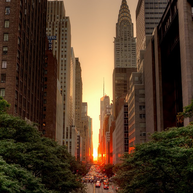 sun_between_buildings_during_manhattanhenge